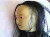 Lucie Ferliková, Hlava panenky, dřevo, kůže, umělé vlasy, korálky, 6x6,5x8cm, 2003